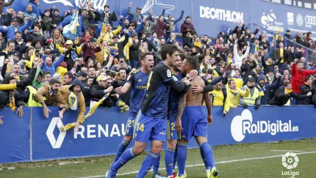 Algunos aficionados arroparon al equipo en su paso por Alcorcón