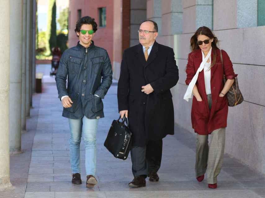 Ivonne Reyes, su hijo Álex y el abogado de ambos.