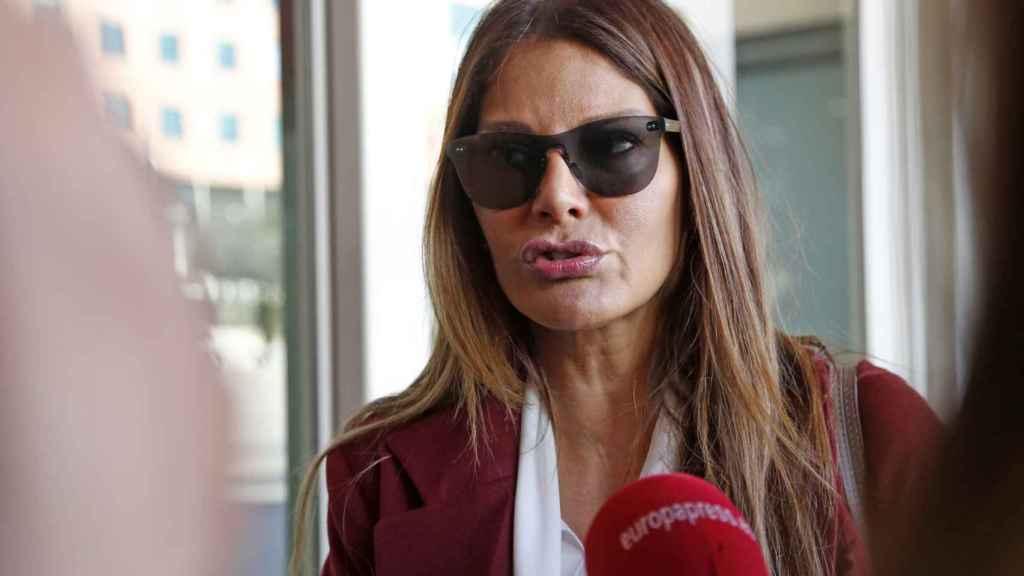 Ivonne Reyes, atendiendo a los medios de comunicación