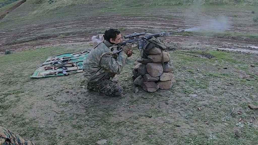 Joaquín entrenando puntería en un campo de tiro kurdo