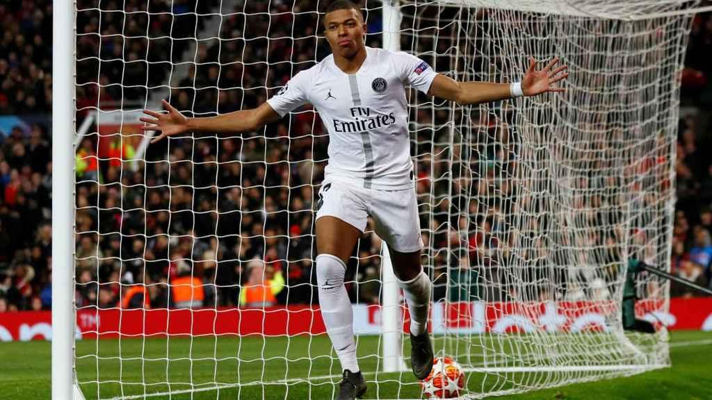 Kylian Mbappé celebra su gol con el PSG al Manchester United en Old Trafford