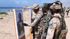 Un militar español y uno italiano, en un ejercicio de adiestramiento del Ejército somalí.