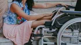 En silla de ruedas.