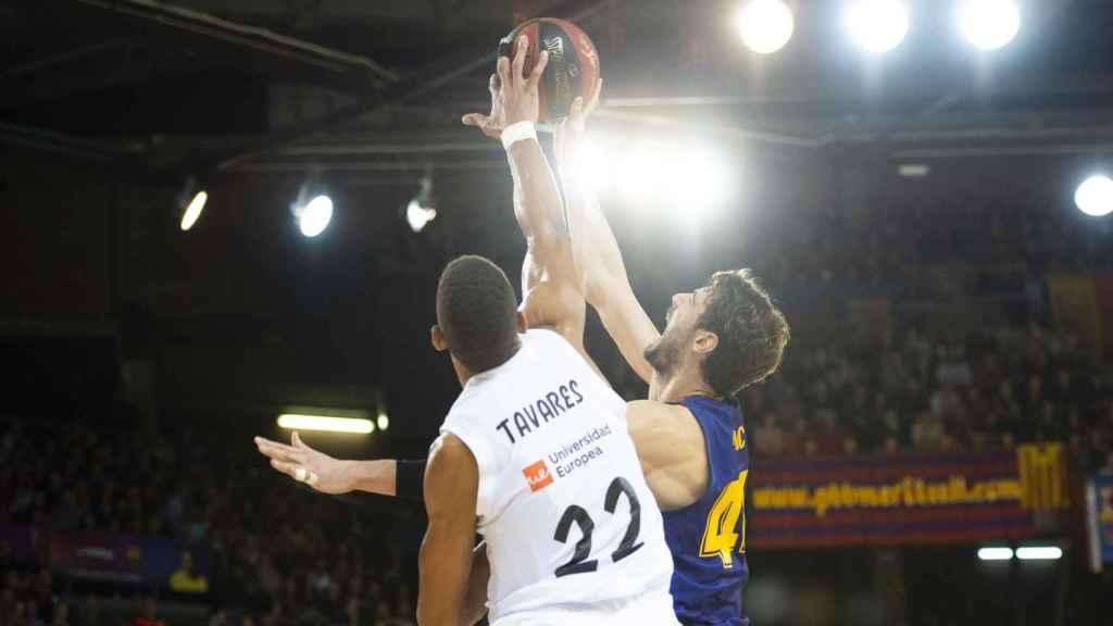 Tavares coloca un tapón a Tomic. Autor: ACB.