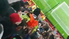 Momento en el que los aficionados del PSG mantean al guardia de seguridad del Manchester United
