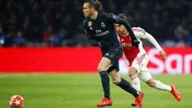 Bale conduce el balón en el campo del Ajax