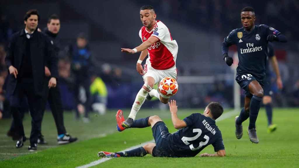 Un jugador del Ajax supea a Reguilón