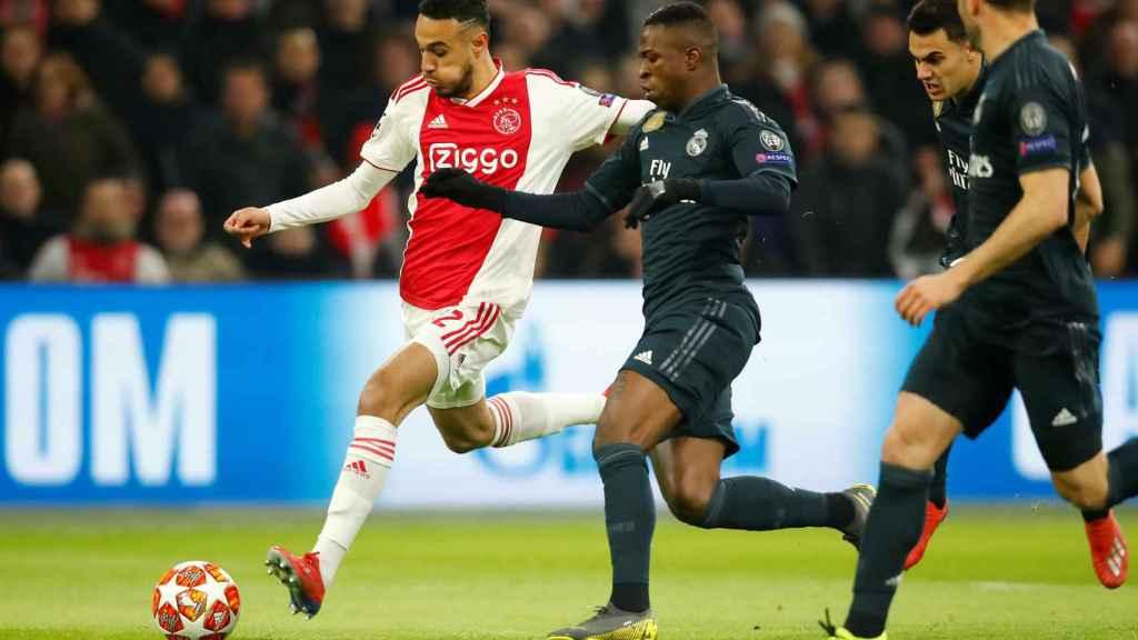Vinicius Júnior pelea ante un rival del Ajax
