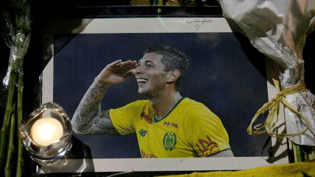 Homenaje dejado fuera del estadio del Nantes para Emiliano Sala.