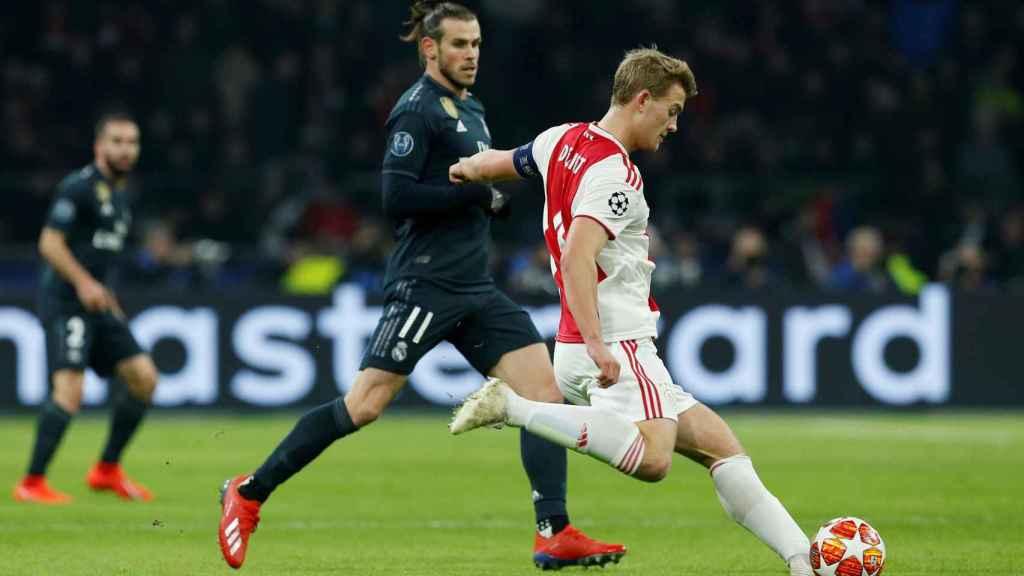 Matthijs de Ligt, perseguido por Gareth Bale