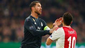 Sergio Ramos, pelando con Dusan Tadic