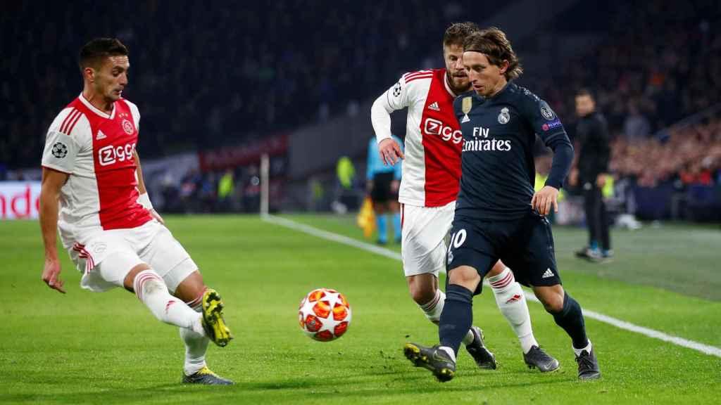 Luka Modric, presionado por dos jugadores del Ajax