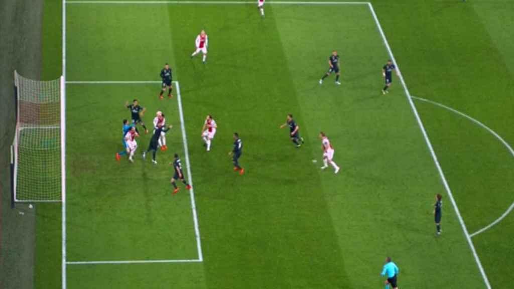 El VAR anula el gol del Ajax