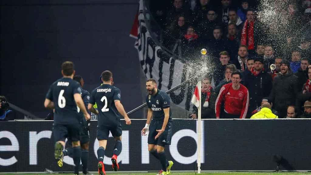Los aficionados del Ajax lanzan cervezas a Karim Benzema