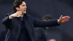 Santi Solari da órdenes a sus jugadores desde la banda