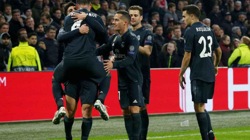 Los jugadores del Real Madrid celebran el segundo gol al Ajax
