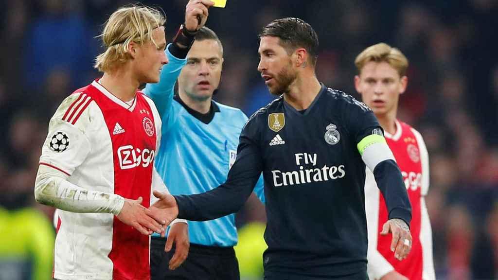 Sergio Ramos ve la tarjeta amarilla ante el Ajax