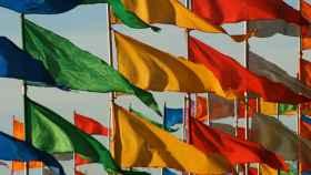 Así son las banderas que generan electricidad gracias a la energía eólica y solar