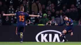 Los jugadores del Valencia celebran uno de los goles.