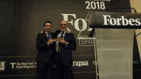 El CEO de Repsol, Josu Jon Imaz, recibe el galardón de la mano del presidente de la compañía, Antonio Brufau.