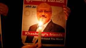 Un manifestante sostiene una foto de Jamal Khashoggi a las puertas del consulado de Arabia Saudí en Estambul.