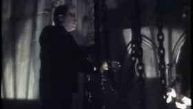 El comisario Villarejo haciendo del monstruo de Frankenstein junto a Martes y 13 en Aquí huele a muerto (y yo no he sido)