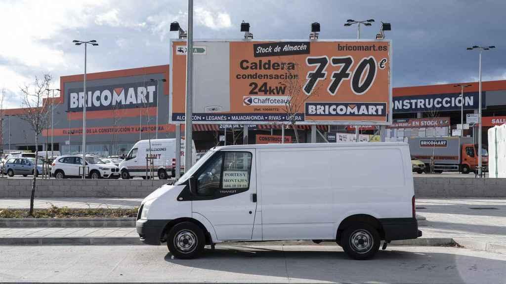 Una furgoneta blanca frente al Bricomart de Alcorcón.