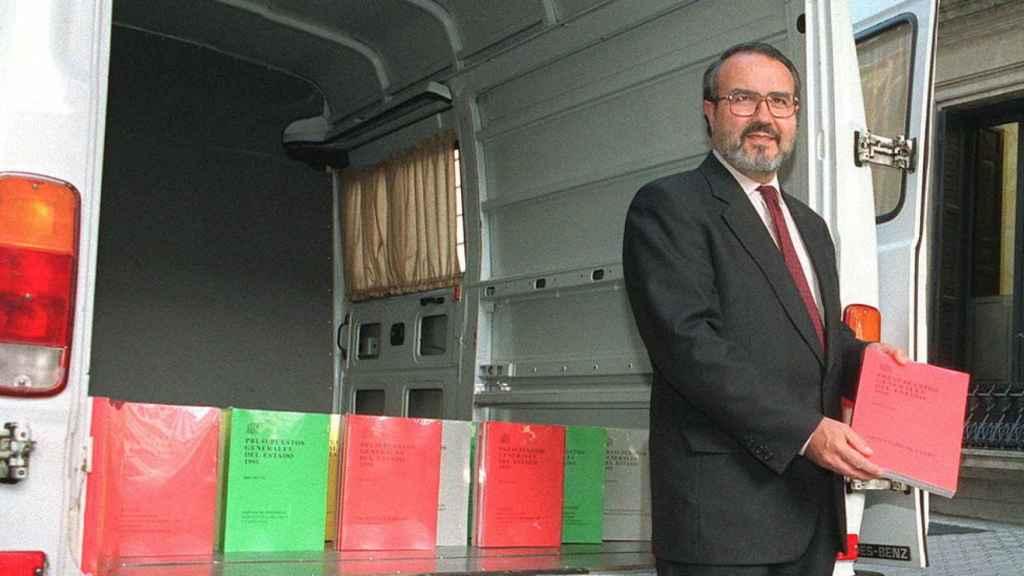 El ministro de Economía y Hacienda, Pedro Solbes, sacando los PGE de una furgoneta.