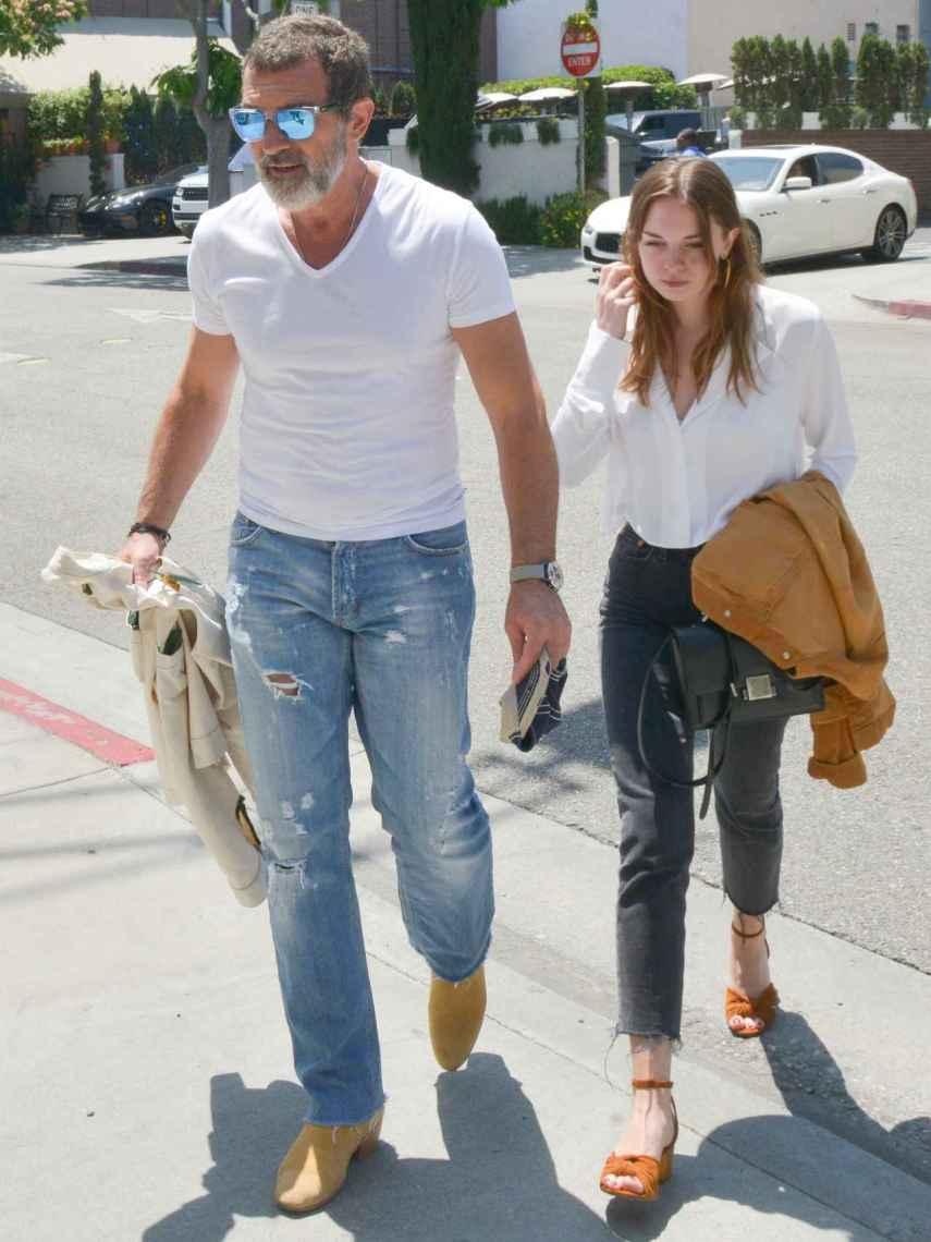 El actor con su hija Stella del Carmen paseando por las calles de Bervely Hills este verano.