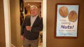 Greg Miller apoyado en el marco de la puerta de su casa.
