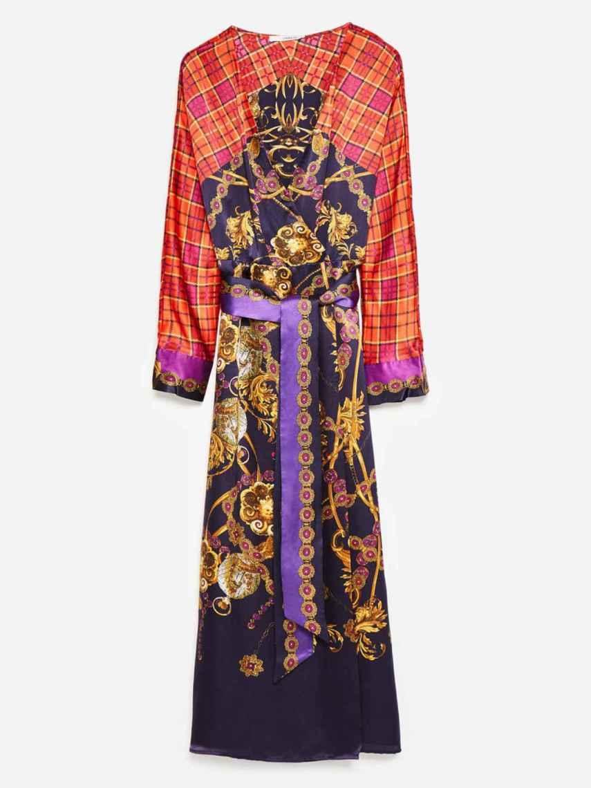 El vestido combina los estampados tartán y de cadenas típicos de Versace.