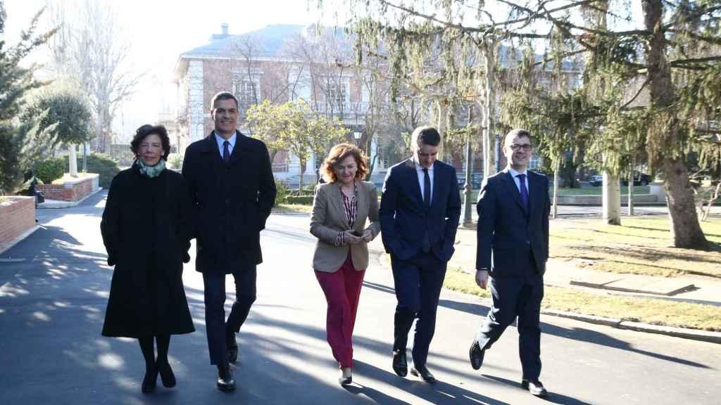 El paseíllo hacia el 28-A: Celaá, Sánchez, Calvo, Redondo y Bolaños.