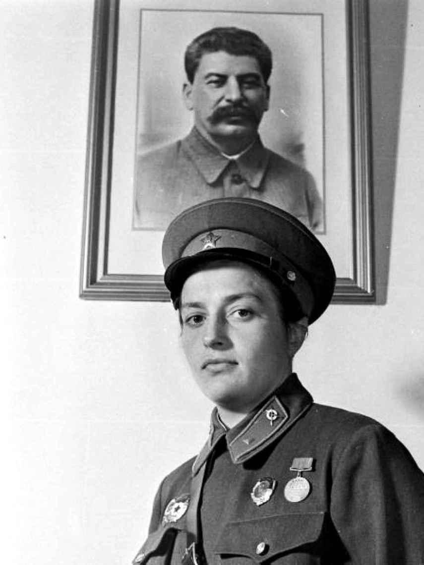 Pavlichenko con un retrato de Stalin a su espalda.