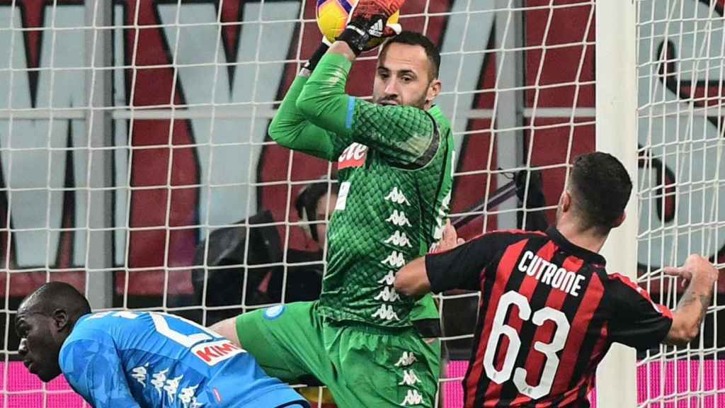 David Ospina, portero del Nápoles, detiene un balón ante el Milan. Foto: Twitter (@D_Ospina1)