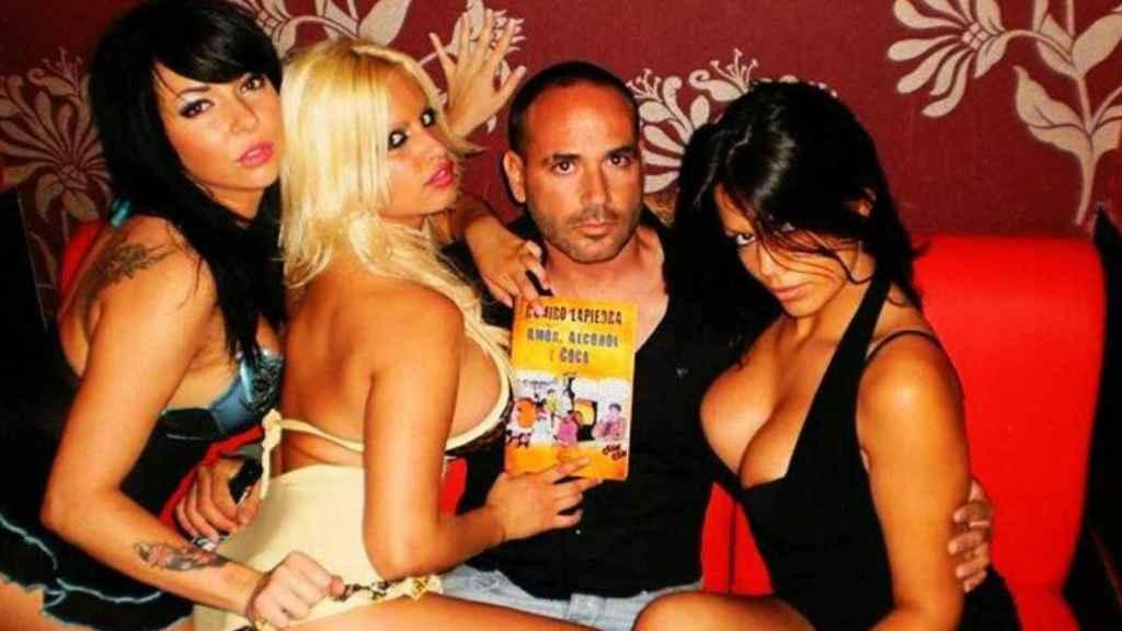 Ramiro Lapiedra, uno de los principales directores del cine porno, posa junto a algunas actrices en una imagen de sus redes sociales.