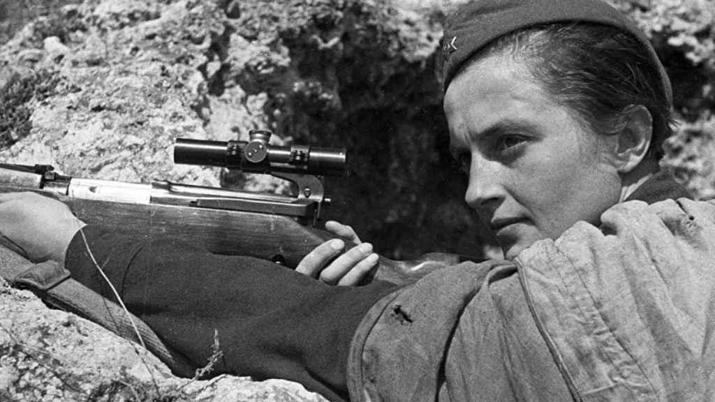 Liudmila Pavlichenko con su SVT-40 en enero o febrero de 1942.