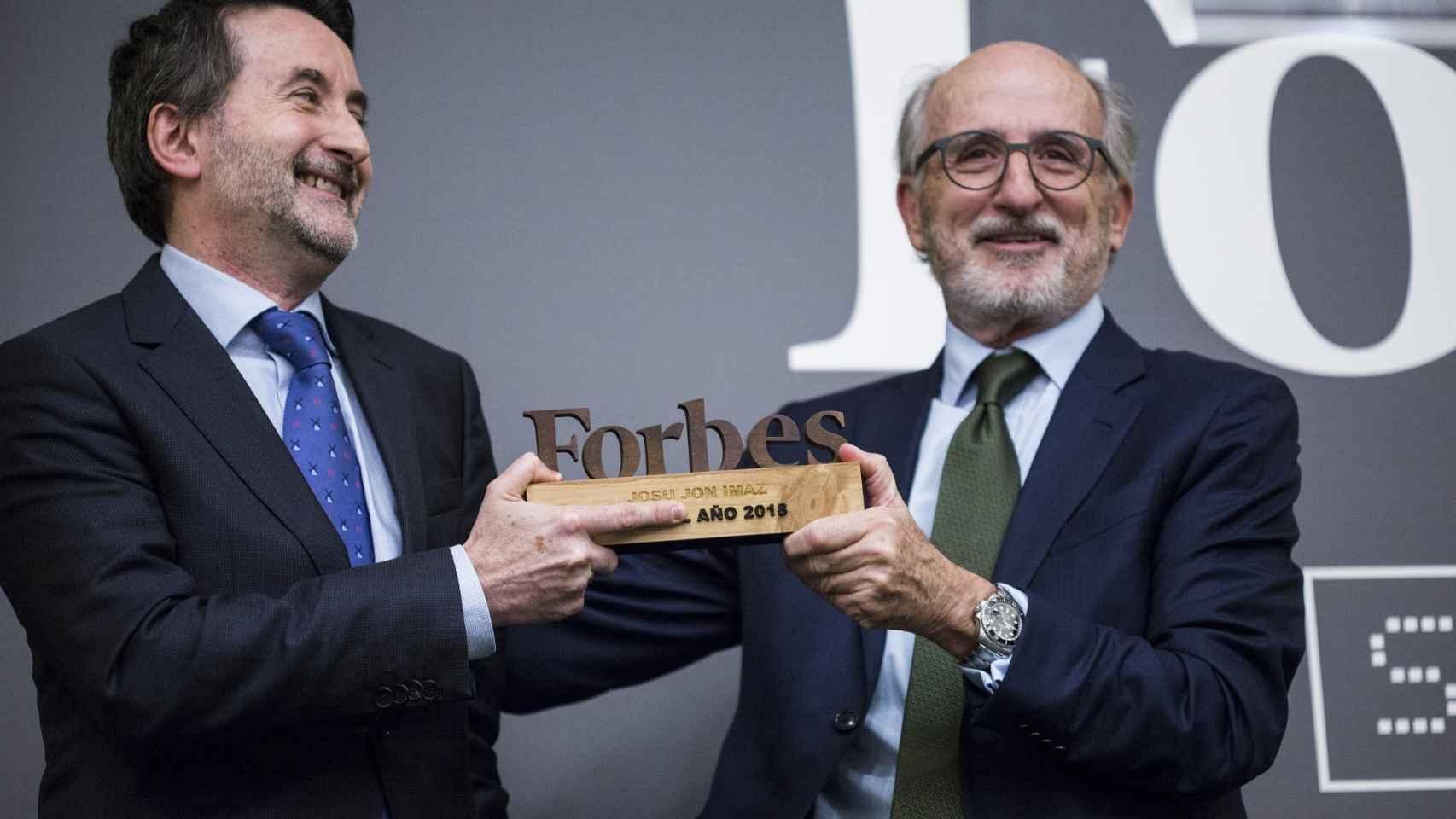 Josu Jon Imaz, CEO de Repsol, recibe el premio de manos de Antonio Brufau, presidente de la compañía.
