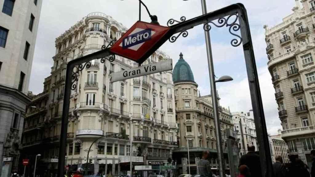Una de las entradas al metro de Gran Vía en Madrid.
