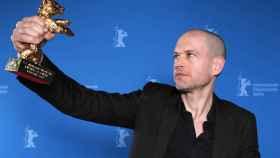 El  director israelí Nadav Lapid, con el Oso de Oro de la Berlinale.