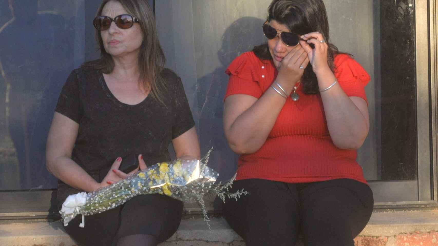 Dos mujeres lloran fuera del velatorio de Emiliano Sala