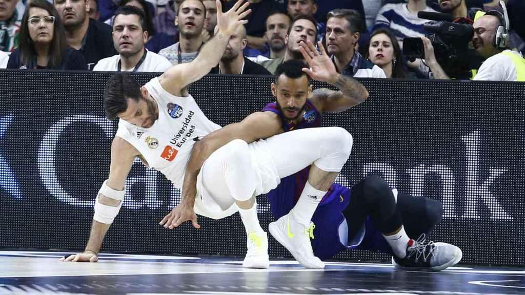 Adam Hanga agarrando a Rudy Fernández en el suelo