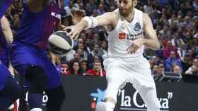 Rudy Fernández intenta pasar el balón entre la defensa del Barça