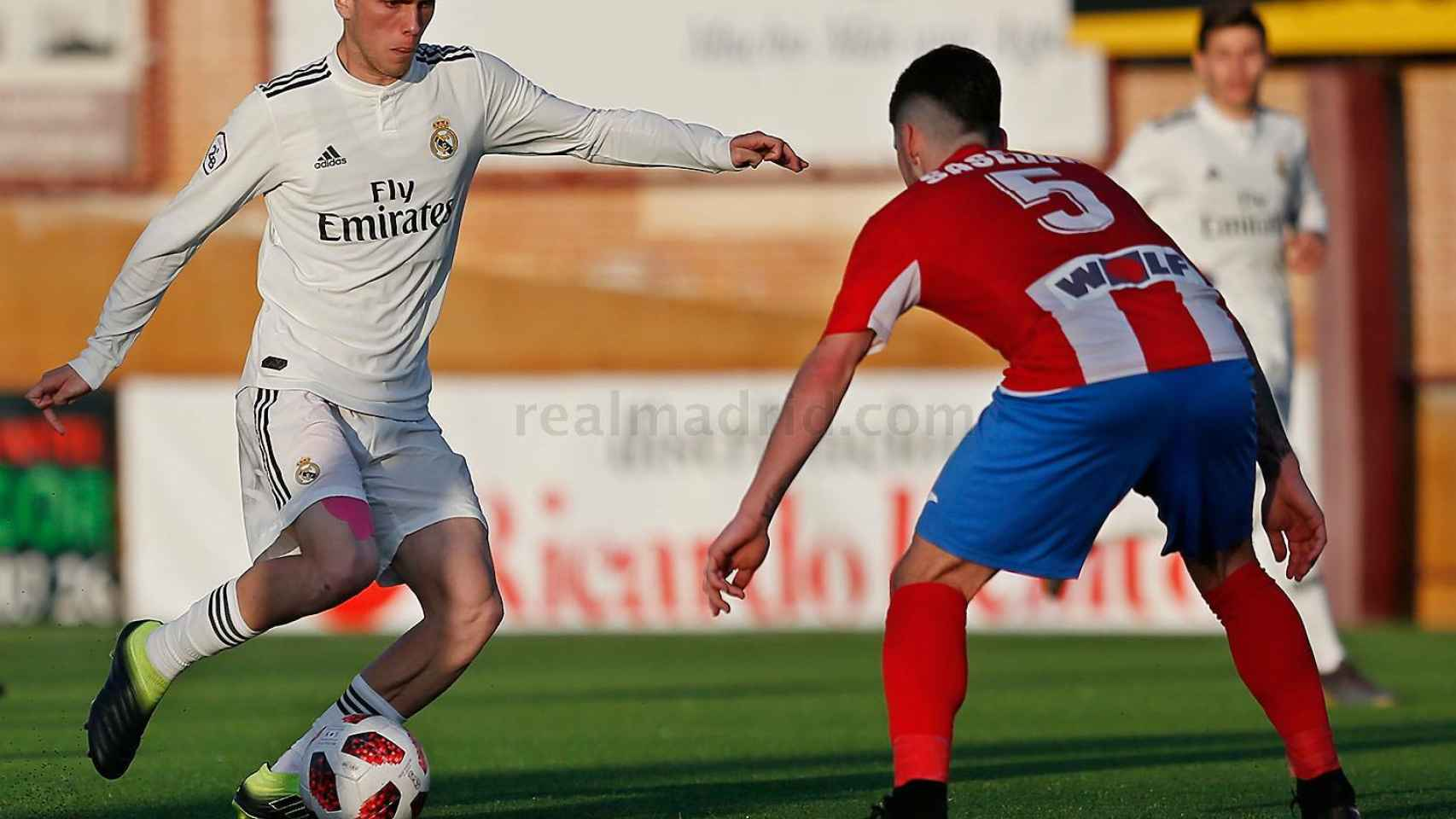 Sergio López intentando regatear a un rival