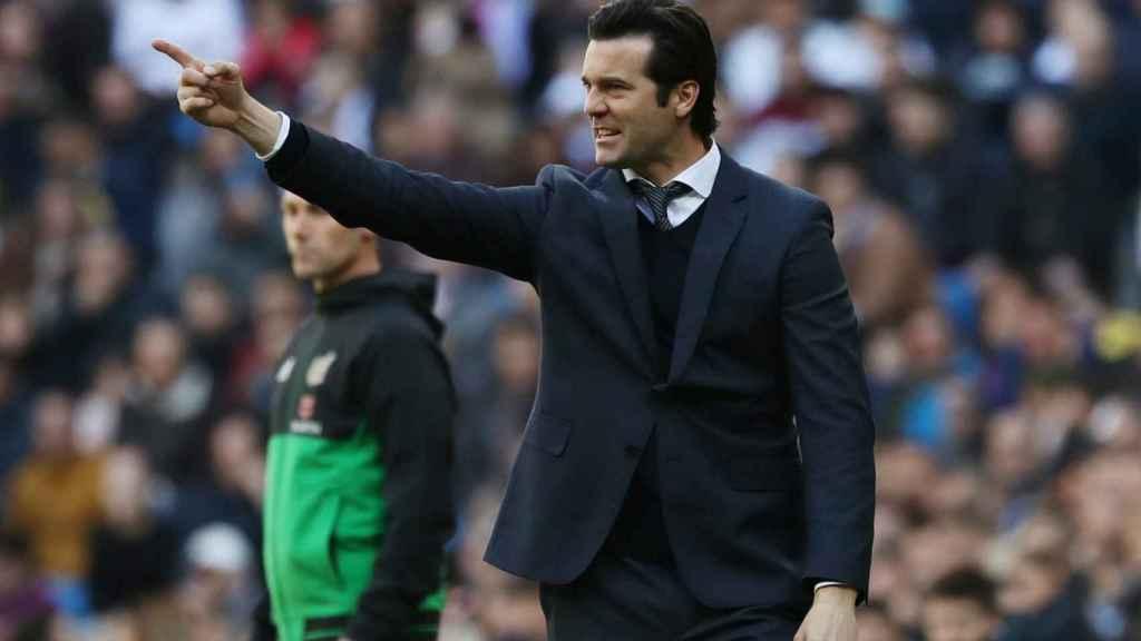 Santi Solari, dando órdenes a los jugadores del Real Madrid desde la banda