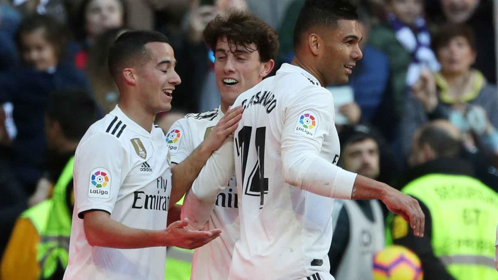 Casemiro celebra con Lucas Vázquez y Odriozola su gol al Girona