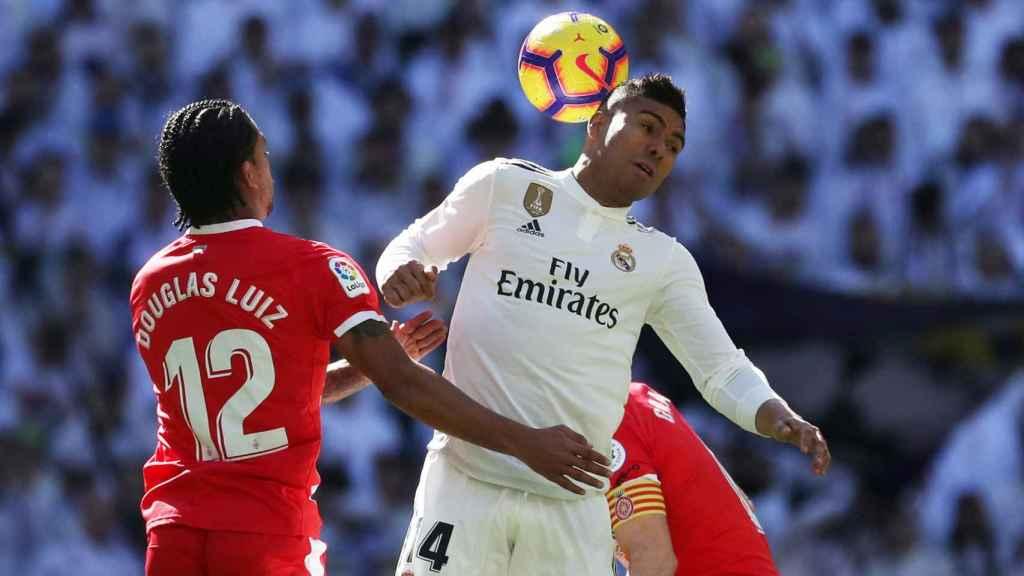 Casemiro pelea un balón ante dos jugadores del Girona
