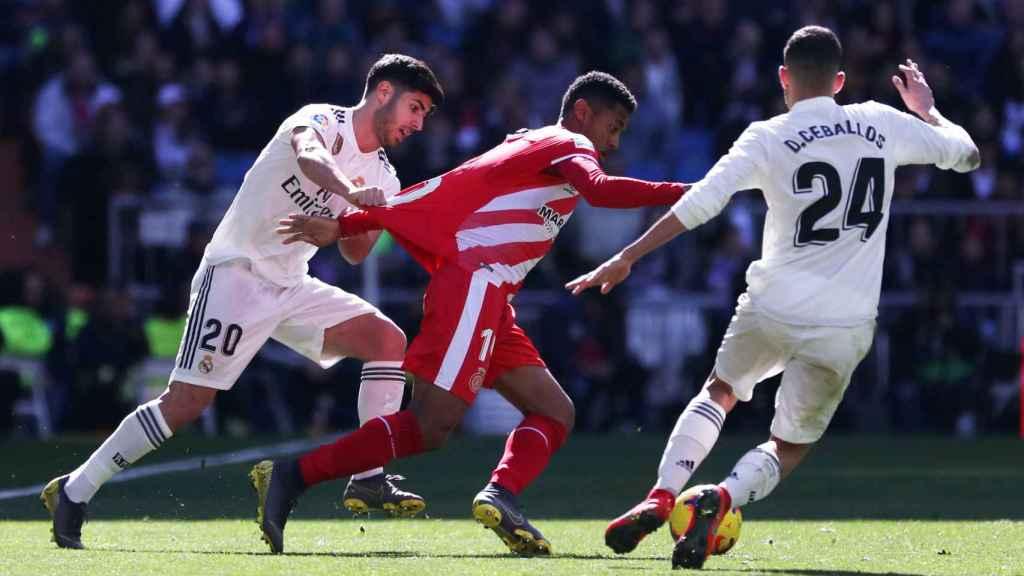 Marco Asensio y Dani Ceballos presionan a Anthony Lozano