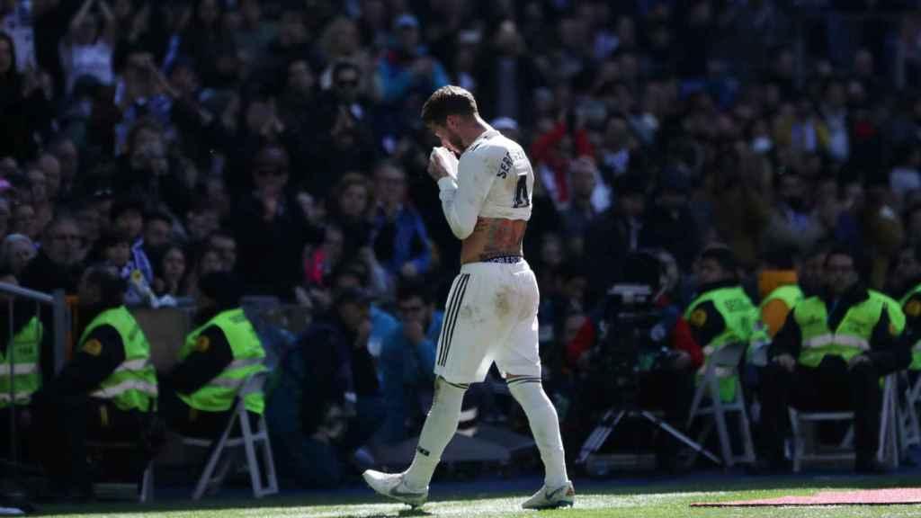 Sergio Ramos se marcha del campo durante el Real Madrid - Girona