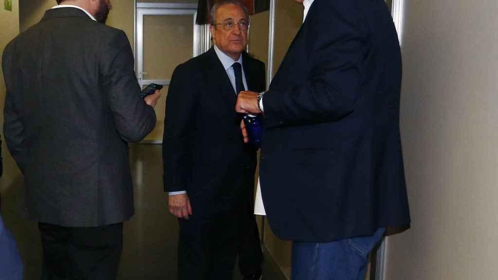 José Ángel Sánchez, Florentino Pérez y Juan Carlos Sánchez, tras la final de Copa