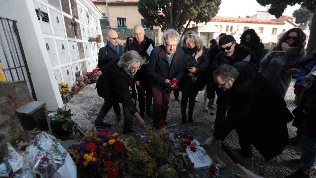 Ian Gibson deposita una rosa en la tumba del poeta Antonio Machado.